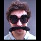 Für Schnauzpartys: Ein völlig natürlicher ;-) Schnurrbart erst noch ohne kleben, dafür mit dunkler Brille wo auch noch markante (Plastik-) Augenbrauen die eigenen verdecken.    Preis CHF: 12.90